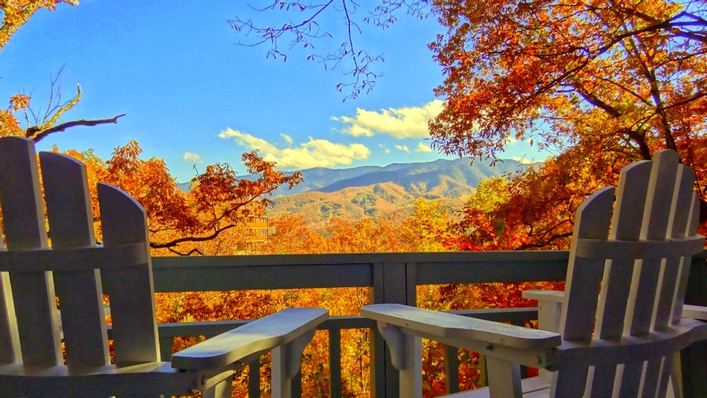 when is the best time to see smoky mountains fall colors