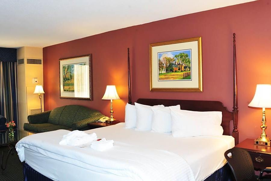 Fort_Magruder_Hotel_Conference_Center_Guestroom_02